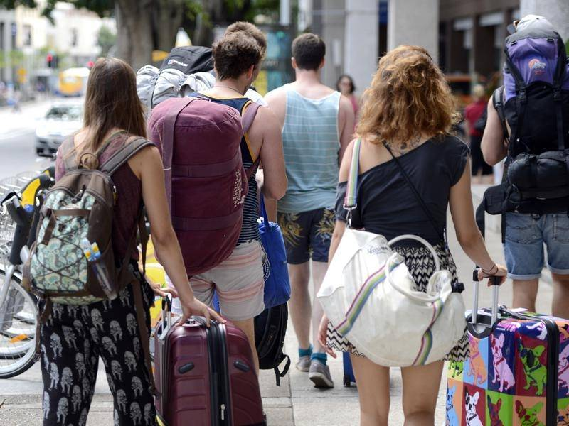 Farmers and tourism operators have urged the government to restart backpacker travel to Australia.